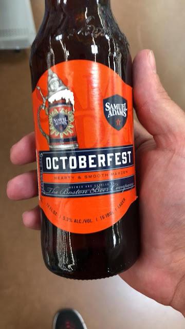 Eine Flasche Samuel Adams Octoberfest Beer