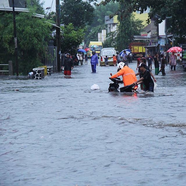 Foto Banjir di Jalan Sutisna Senjaya Tasikmalaya. Foto : facebook Rosemayanti Alfarisi.