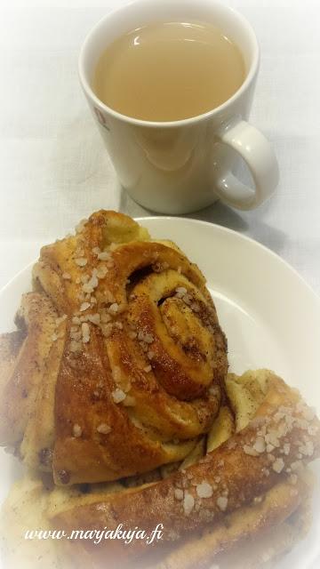 leivotaan korvapuusteja kahvin kanssa