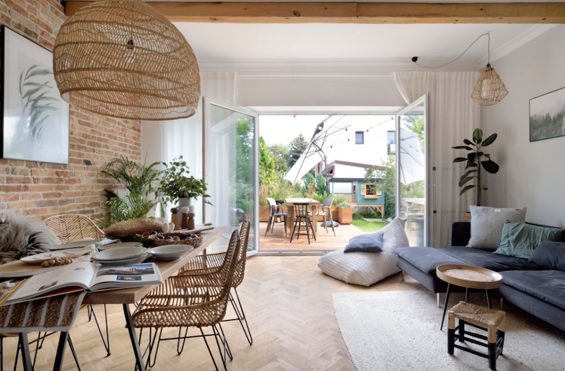 Salón comedor de planta abierta de estilo Wabi-sabi