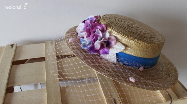 Sombrero de paja con cinta azul klein, flores color malva - lila y velo plumeti