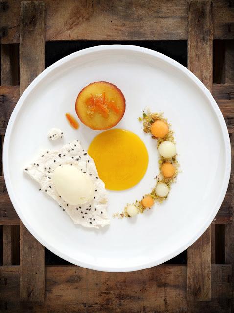 Dessert pour Edith Elisabeth mit Riesling-Eis, Mango-Creme, Hefe-Küchlein und marinierten Melonenkugeln.