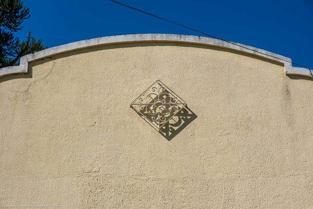 Prédio do antigo Educandário Curitiba - detalhe de ornamento de ferro