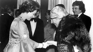 Agatha Christie saludando a la reina Isabel II durante el estreno de Asesinato en el Orient Express