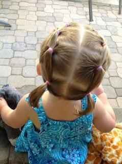 niña de vestido azul con dos trenzas