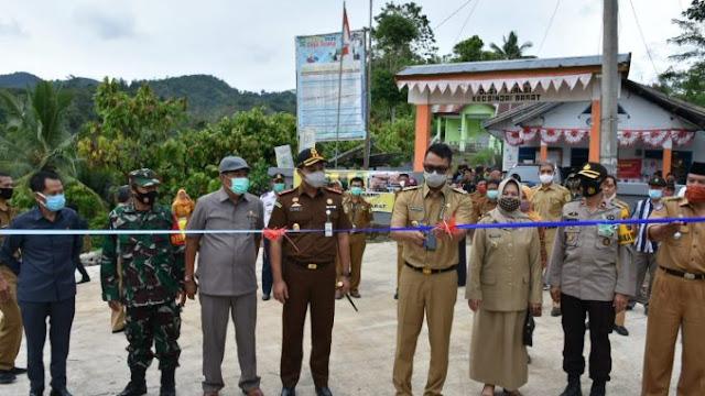 Ketua dan Anggota DPRD Sinjai Saksikan Peresmian Jalan Desa Terasa