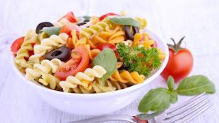 Como con toda ensalada la preparación no significa ningún reto, con solo mezclar en proporciones correctas todos los ingredientes y de preparar bien los aderezos estamos más que listos para preparar una ensalada deliciosa en muy poco tiempo.