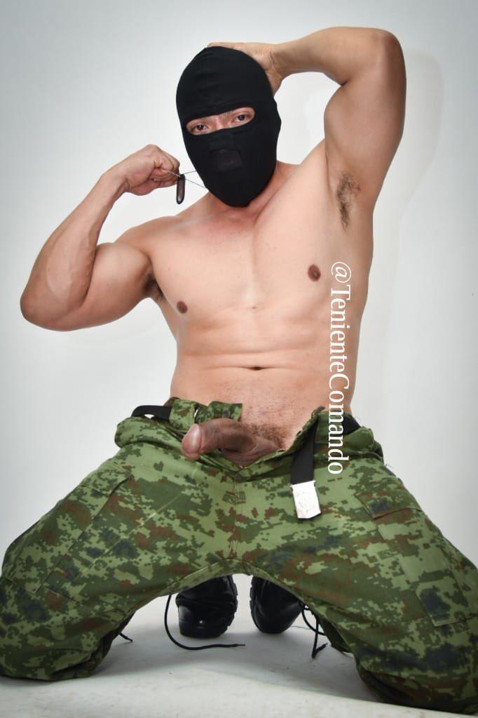 soldado semidesnudo