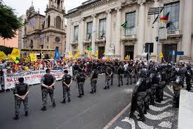 A foto mostra soldados reprimindo a manifestação dos professores gaúchos.