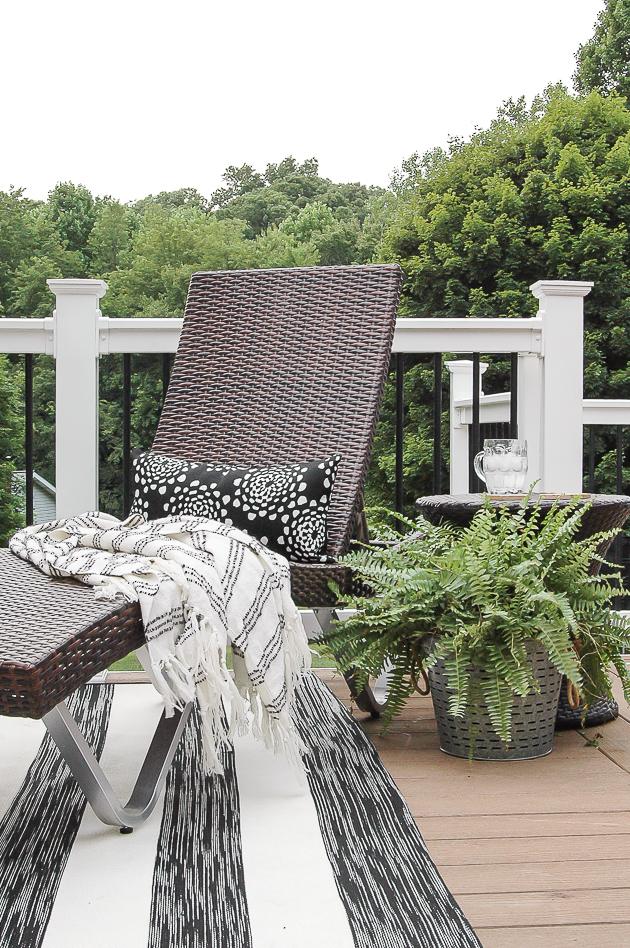 Simple and neutral summer deck