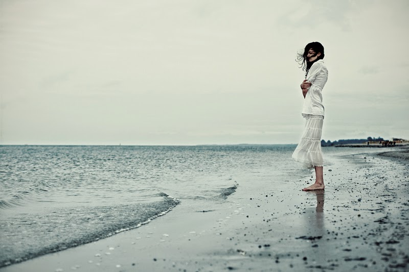 Ảnh cô gái cô đơn trước biển