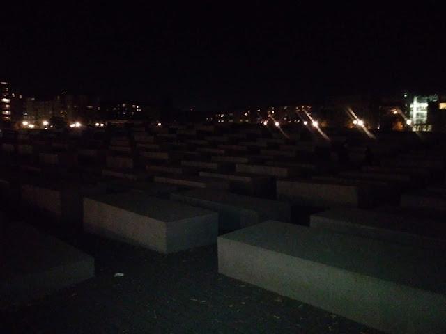 אנדרטת השואה בחושך