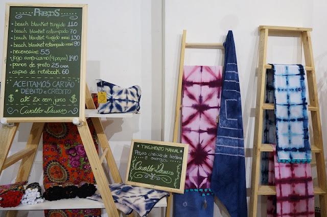 Artigos de tecido tingido das irmãs Dewers - Encontro de Criadores / Santos