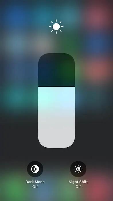 يمكنك تبديل الوضع الداكن في لوحة تحكم iOS.