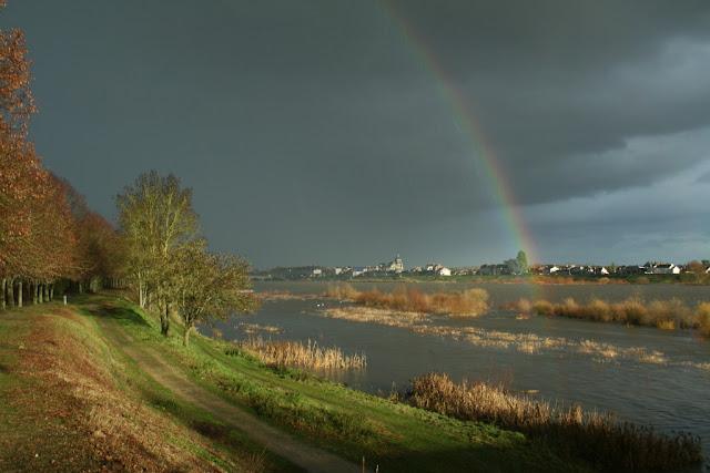 Arc-en-ciel lors d'une averse au bord de la Loire (décembre 2012)