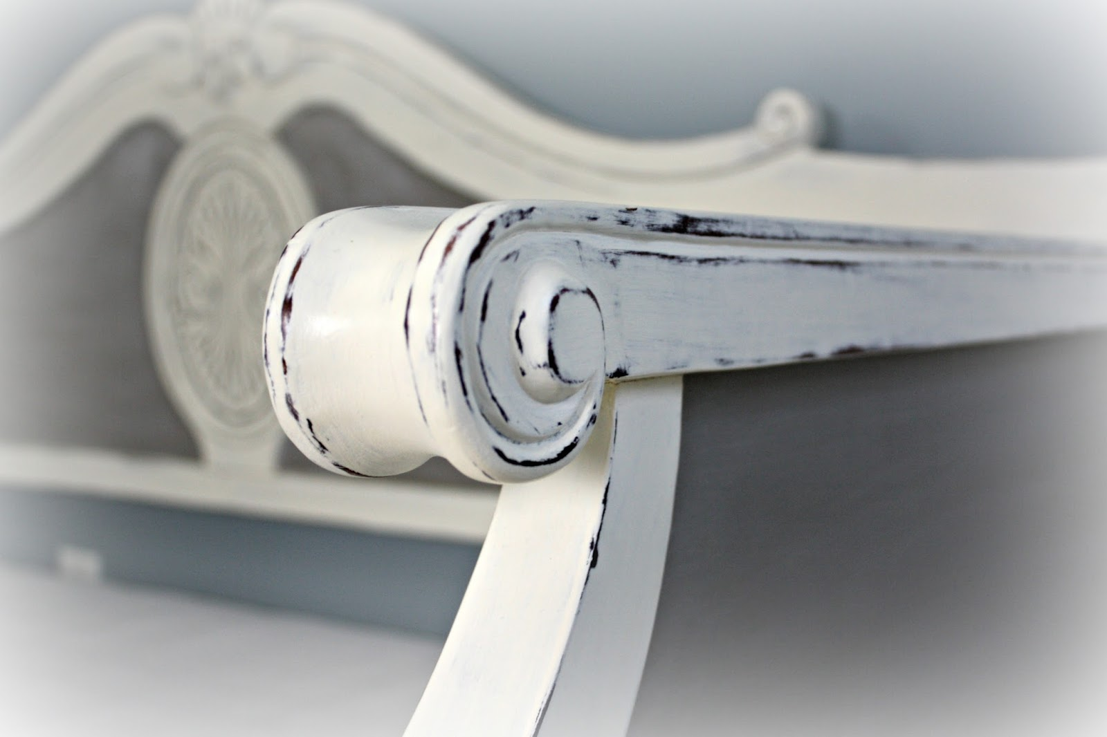 Curved details on sides of daybed