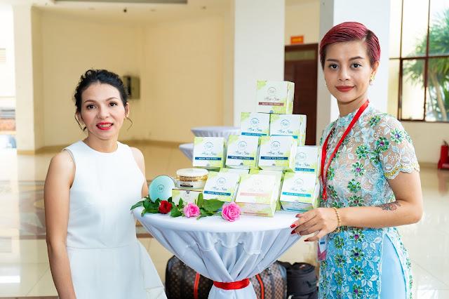 Đạo diễn Holy Thắng đến chúc mừng Ceo Hồ Hương đạt Top 10 thương hiệu uy tín - Ảnh 5