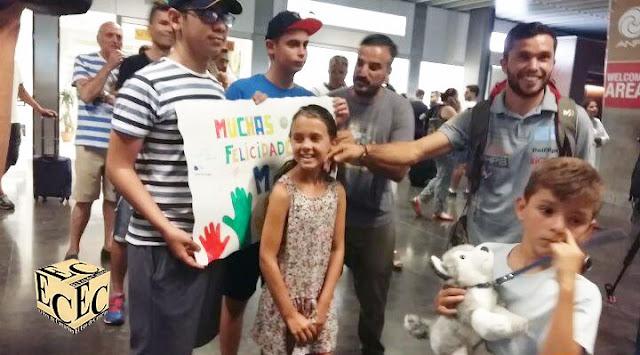 niños con leucemia reciben al atleta Marcos Yánez en aeropuerto Gran Canaria