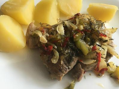 Pieczone mięso z ziemniakami z wody