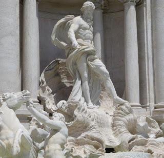 Esculturas de Neptuno, caballo alado y tritón en la Fuente Fontana di Trevi de Roma