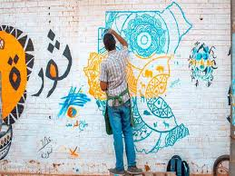 شباب يرسمون جدارية الثورة في السودان