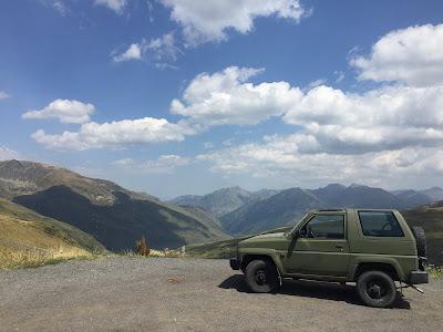 Geländewagen auf Parkplatz in Andorra