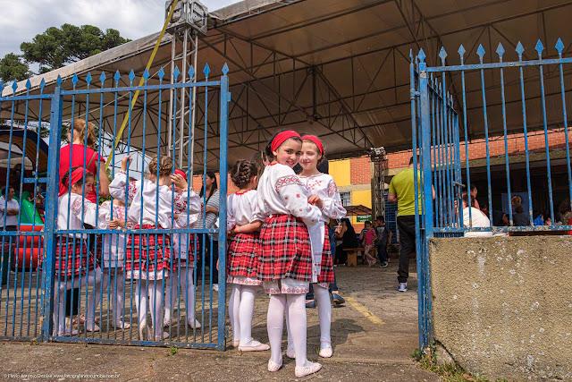 Meninas com trajes típicos da entrada do Clube Poltava