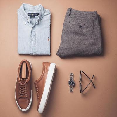Tenis marrons com terno cinza
