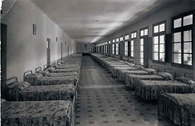 Dormitorio colectivo de los niños pequeños del internando de la Colonia Infantil General Varela en Quintana del Puente, Palencia.