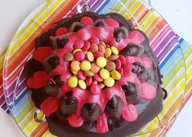 Rezept: Einfacher Vulkankuchen für den Kindergeburtstag. Super als Geburtstagskuchen und für alle Kinder, die Vulkane lieben! Einfach zu backen und zu verzieren nach meiner praktischen Anleitung auf Küstenkidsunterwegs.