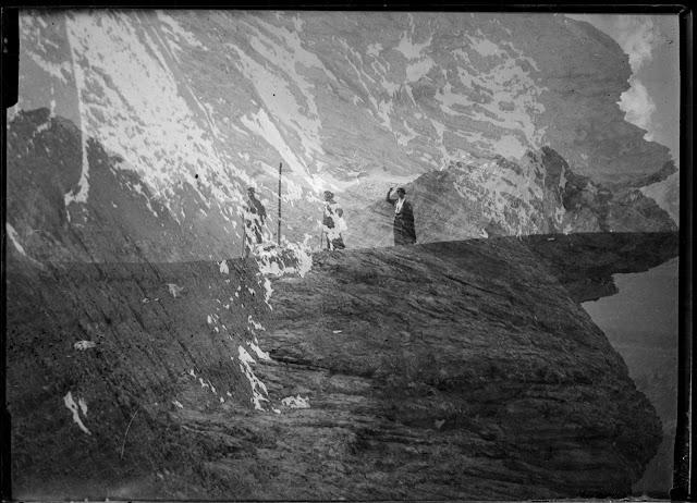 Doppelaufnahme einer Plattenkamera - Personen bei der Wanderung und Bergpanorama - um 1914-1920