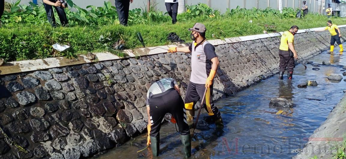 Peringati HPSN 2021, Polres Lumajang Bersihkan Saluran Irigasi