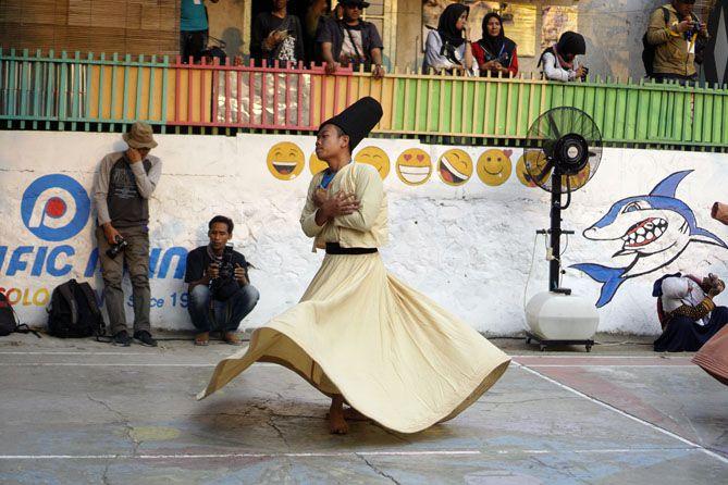 Santri sedang perfom tarian Sufi