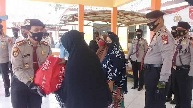 Kampanye penggunaan Masker. Wadir PAM OBVIT Polda Metro Jaya. Bagikan masker dan sembako ke warga Kelurahan Kebalen Babelan