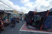 Truk Terguling Timpa Mobil di Perempatan Sirongge, Tidak Ada Korban Jiwa