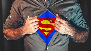 homem exibindo a roupa do superhomem