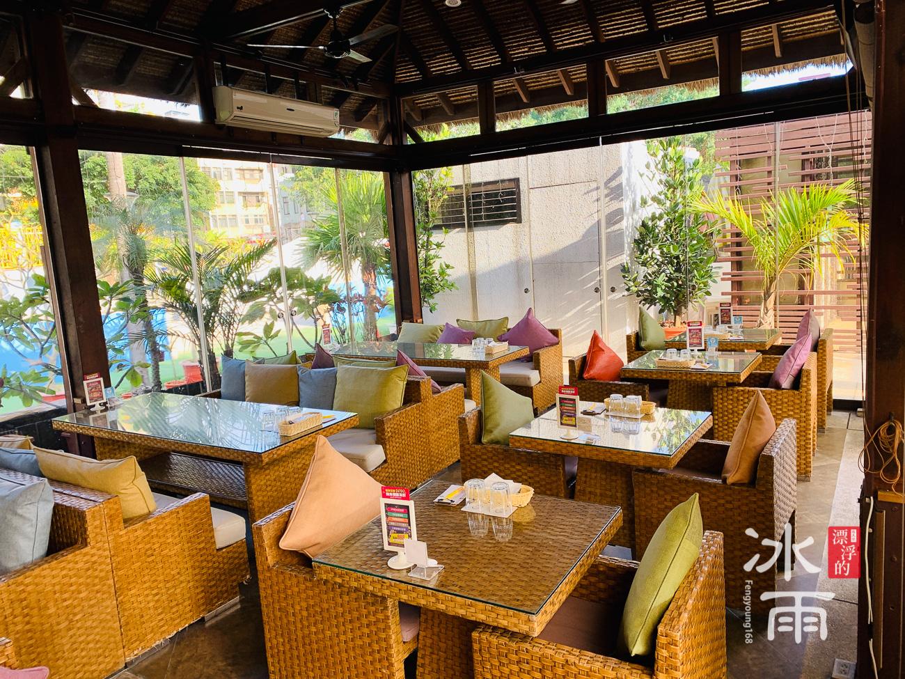 榕堤水灣景觀餐廳市內有很多區域,也有包廂,適合全家來用餐。