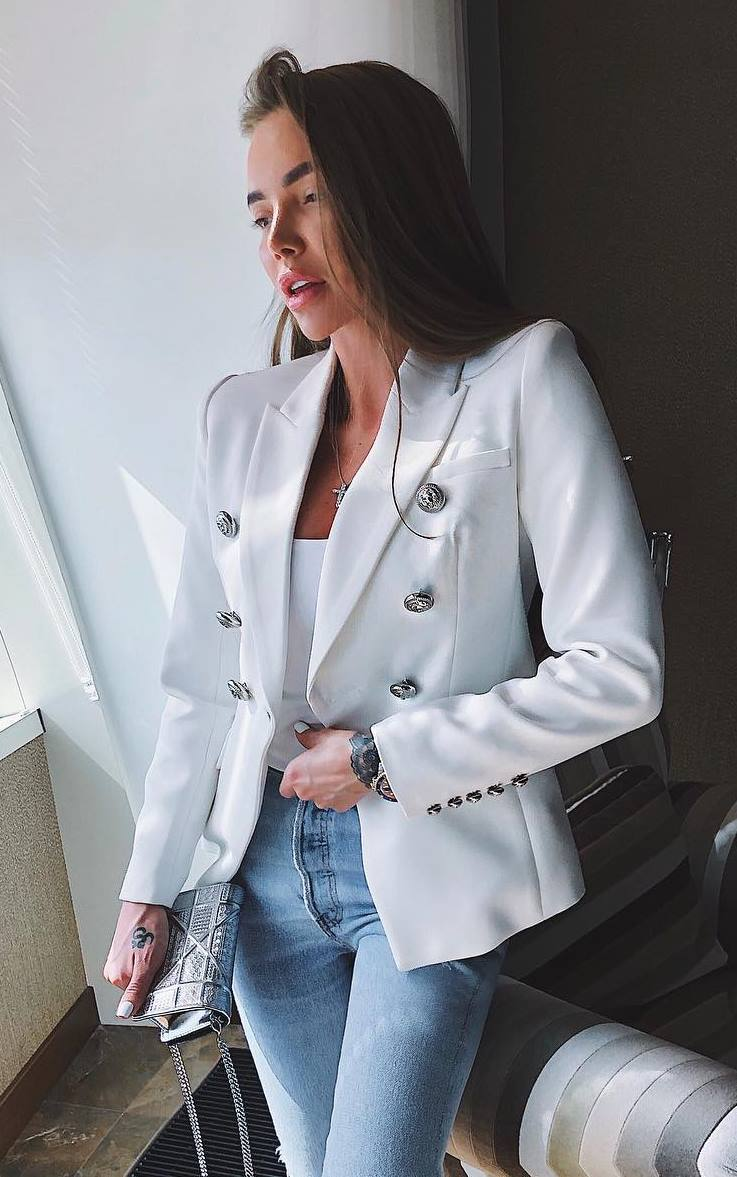 awesome business outfit / jeans + clutch + white blazer + top