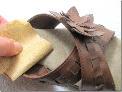 Use sandpaper to clean the suede insole of sandals.