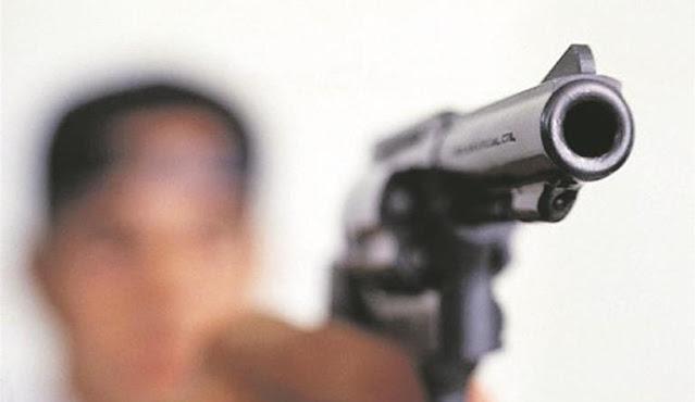 Bandidos armados assaltam residência durante a madrugada, enquanto casal de jovens dormia,
