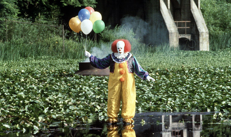 Tim Curry als Pennywise in STEPHEN KING'S IT (ES, 1990). Quelle: Warner