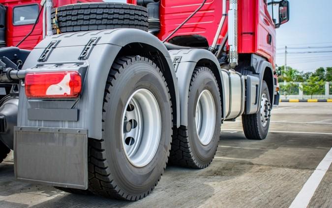 Bolsonaro anuncia tarifa zero para importação de pneus de caminhões