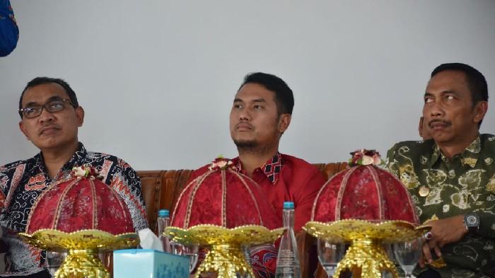 Kenakan Batik Merah, Andi Seto Saksikan Peresmian Industri Udang di Barru