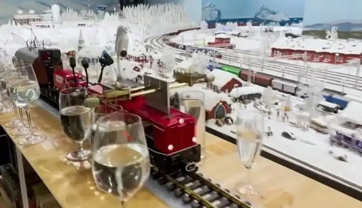 Video: A train model plays the longest melody in the world ( Amazing Music )