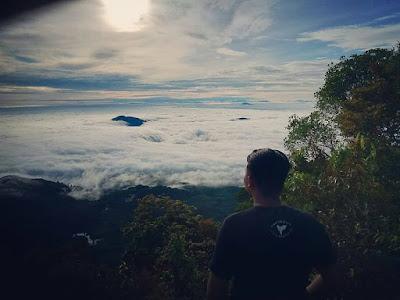 Adakah gunung berapi di Kalimantan Barat, rekomendasi bukit kalbar untuk pendakian, daerah yg menyajikan keindahan di atas awan, hijaunya hutan tropis borneo