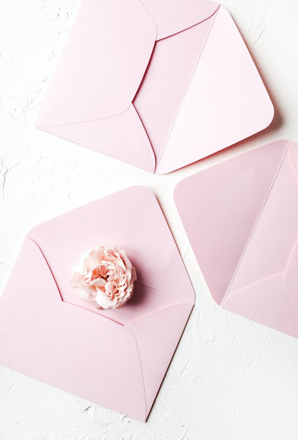 Sobres rosas con una peonía