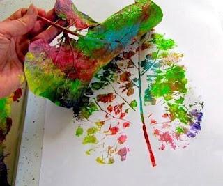 pintar con hojas de la naturaleza