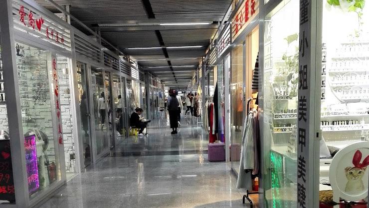 上海にある宜山路駅9号線の地下街