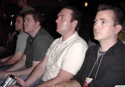 Redactores de IGN observando con desidia la presentación de Nintendo en el E3 de 2003.