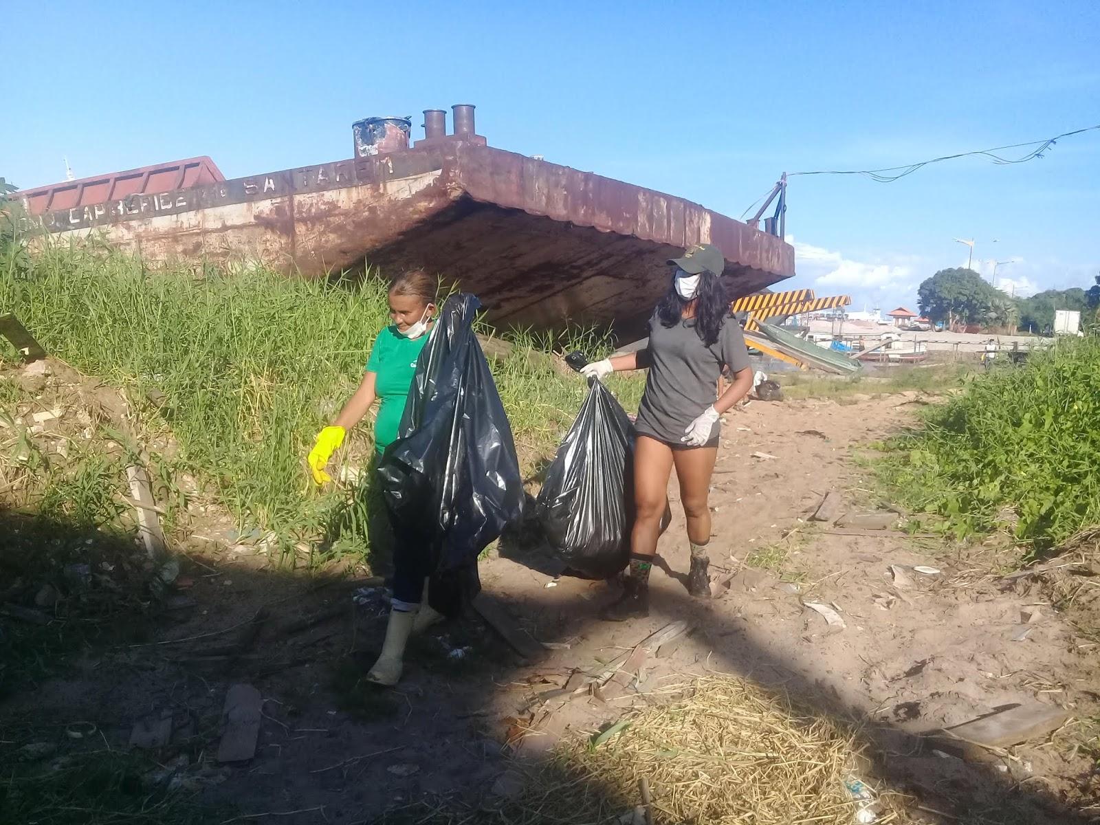 Ação ambiental na Vila Arigó coleta lixo em meio a cemitério de embarcações